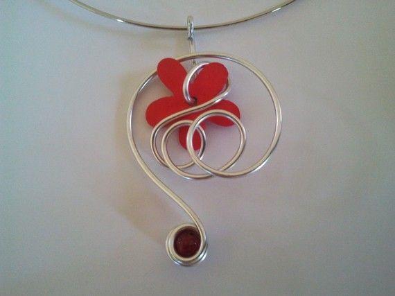 Pendentif fil aluminium fleur rouge en bois et perle rouge en verre