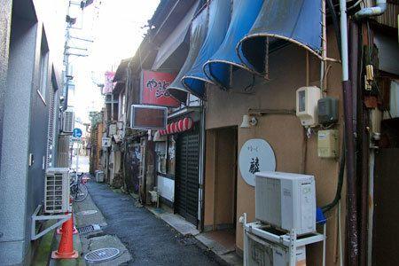 浜松市中区田町のランプ横丁。 居酒屋やスナックが連なります。 豚と銭湯をモチーフにした居酒屋の裏口。 逆方向から見たランプ横丁。