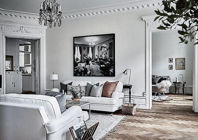 Supereleganta ingångar har denna vackra sekelskifteslägenhet på Södermalm och tavlan har en obeskrivlig dragningskraft på mig. Fint från @wredefastighetsmakleri #stockholm #mäklare #tillsalu #hemnet #södermalm #sekelskifteshem #sekelskifteslägenhet #chandelier #home #swedish #interiordesign #howardsoffa #interior #livingroom #vardagsrum #art #architecture #antik #stucco #victorian