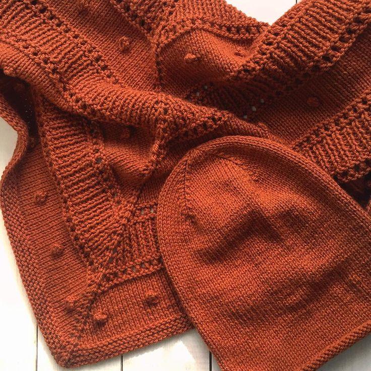 Готов комплект, ещё кисточки наверное сделаю три штуки, по углам шали. Сегодня так солнечно ☀️ #шаль #шапка #шапкабини #шапкаспицами #шальспицами #вяжутнетолькобабушки #клубокизвращенцев #люблювязать #вязаниеспицами #вязание #вязаныеаксессуары #knitwear #knitting_inspiration #knitstagram #knittingaddict #knitting #knit #knitted #handknit #handmade #handknithat #hat #stricken #knittinglove