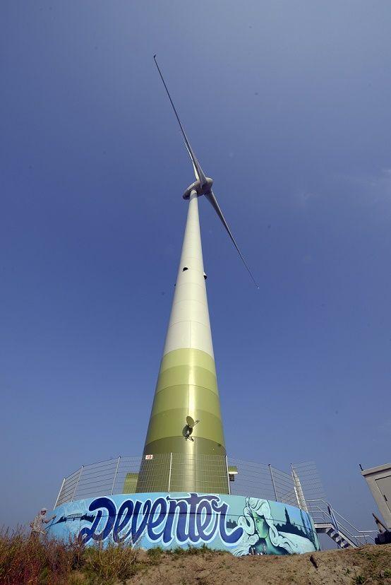 Pure Energie plaatst een graffiti kunstwerk op windmolen Deventer