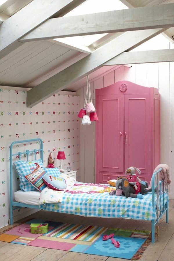 Awesome kinderzimmer interieur rosa kleiderschrank farbiger teppich h ngeleuchten