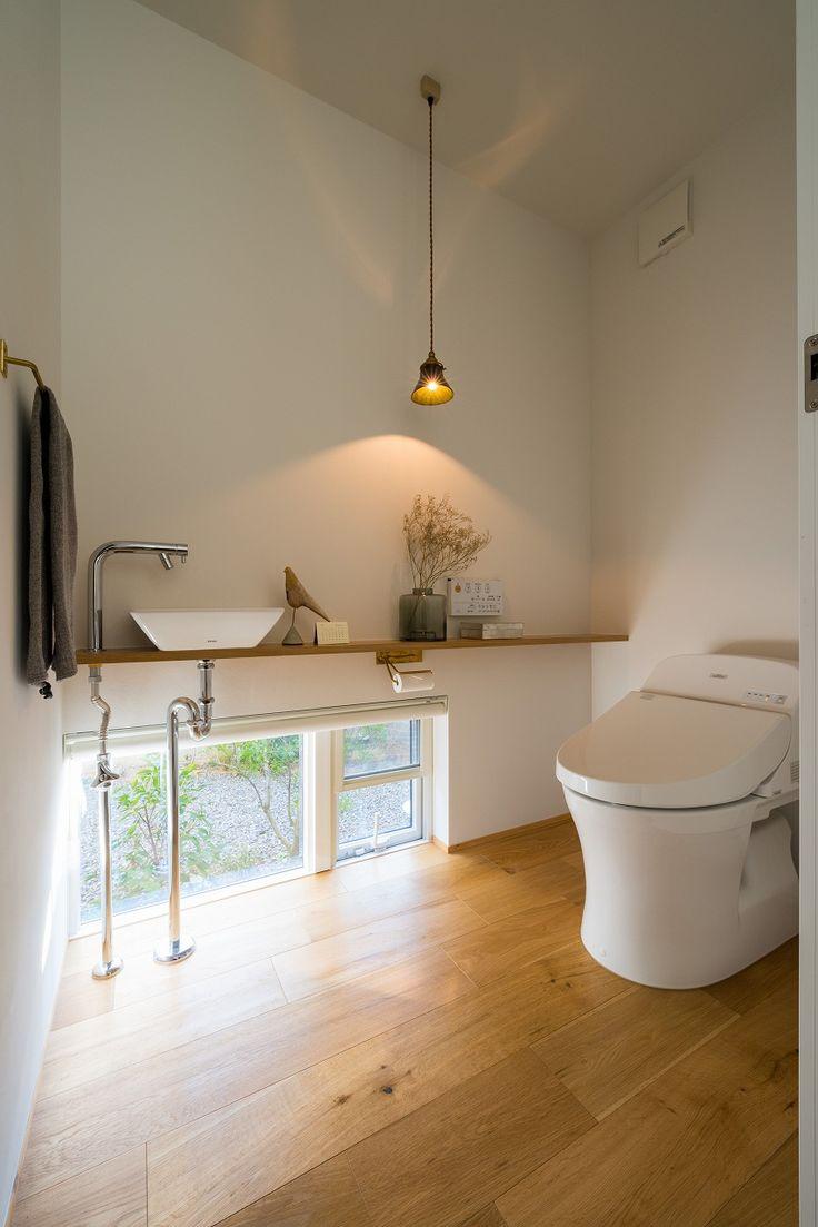 トイレはちょっと落ち着く空間に。 壁際の低い位置にペンダントライトを吊るすと、光が壁に当たってやわらかく拡散して明るすぎず、くつろげる雰囲気になりました。トイレなのでサイズも小ぶりでスッキリ! #トイレ #ペンダントライト #真鍮 #レトロ #ナラ #オーク材 #無垢財 #落ち着く #設計事務所 #香川 #愛媛 #コラボハウス