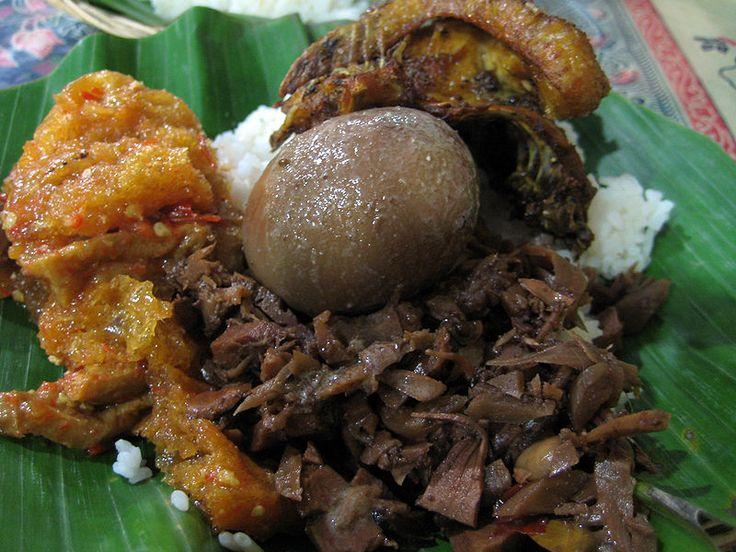 Gudeg Jogja  Gudeg (bahasa Jawa gudheg) adalah makanan khas Yogyakarta dan Jawa Tengah yang terbuat dari nangka muda yang dimasak dengan santan. Perlu waktu berjam-jam untuk membuat masakan ini. Warna coklat biasanya dihasilkan oleh daun jati yang dimasak bersamaan. Gudeg dimakan dengan nasi dan disajikan dengan kuah santan kental (areh), ayam kampung, telur, tahu dan sambal goreng krecek.