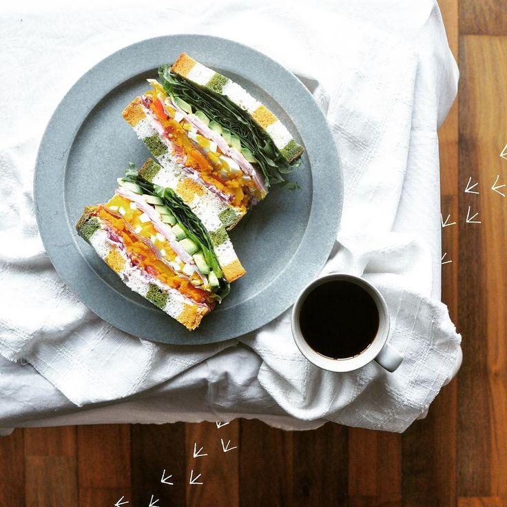 Tricolor bread sandwiches!  しましまわんぱくサンド。  中身もパンと同じ3色☻  酉年だから足跡🐓