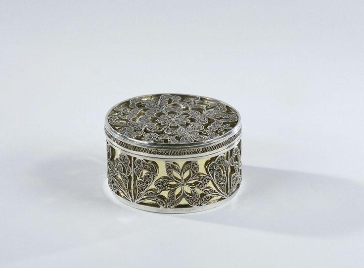 Verguld zilveren doosje met deksel versierd met bladeren en rozetten, anoniem, ca. 1700 - ca. 1800