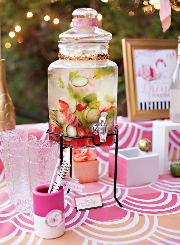 Agua con Fresas, menta, pepinos.