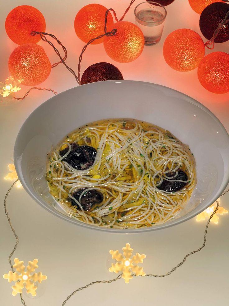 Суп с рисовой лапшой и черносливом