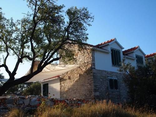 Holiday House Villa Kor?ula 3502 Vela Luka Holiday House Villa Kor?ula 3502 is a holiday home located in Vela Luka, 45 km from Makarska. The unit is 28 km from Hvar, and guests benefit from free WiFi and private parking available on site.  The kitchen has a dishwasher and a fridge.