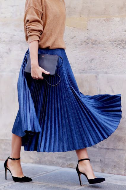 der Faltenrock: ein super Basic, das fürs Business mit Blusen, und casual mit Pullovern oder Shirts kombiniert werden kann #Damenmode #Faltenrock #Blau