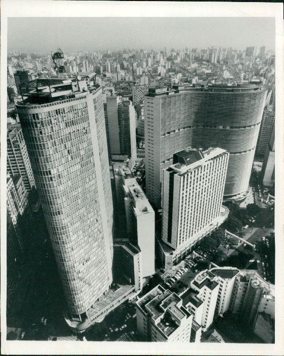 """Um bela foto com os edifícios símbolos do chamado """"Centro Novo"""", o Itália e o Copan. O prédio entre eles é o Vila Normanda; o baixo na mesma calçada do Copan faz parte do complexo é a agência Nova Central Bradesco. A fotografia é de 04/06/1972."""