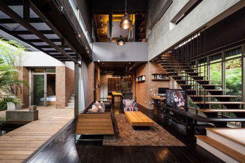 Neste projeto do escritório tailandês Alkhemist Architects, soluções modernas são encontradas, como um suporte de TV que saí da escada