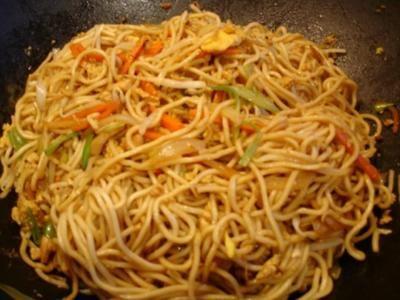 Chinesische Bratnudeln mit Ei, Hühnerfleisch und Gemüse