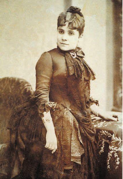 Dolors Aleu i Riera (1857 -1913) fue una médico catalana, la primera mujer licenciada en Medicina de España y la segunda en alcanzar el título de doctora. Obtuvo el permiso para hacer el examen de licenciatura hasta el 4 de abril de 1882, examinándose el 19 de junio de ese año. Aprobó con un excelente y se convirtió en la primera mujer licenciada de España. Se doctoró en Madrid el 8 de octubre de 1882. Se especializó en Ginecología y Pediatría.