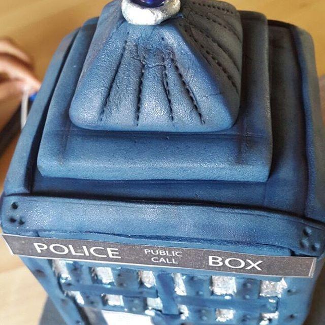 Doctor Who light up tardis cake. #tardiscake #tardis #doctorwho
