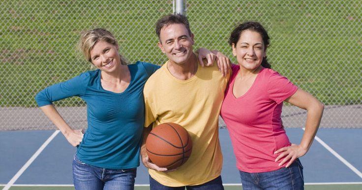 """Tipos de tableros de baloncesto . Los tableros de baloncesto evitan que el balón se vaya fuera de límites cuando un tiro no entra en la canasta. También proporcionan una superficie para el rodaje de un """"tiro de banco"""" o un tiro que pegó en el tablero antes de entrar en el aro. El baloncesto en Estados Unidos se juega en todos los niveles, desde la escuela primaria hasta las ligas ..."""