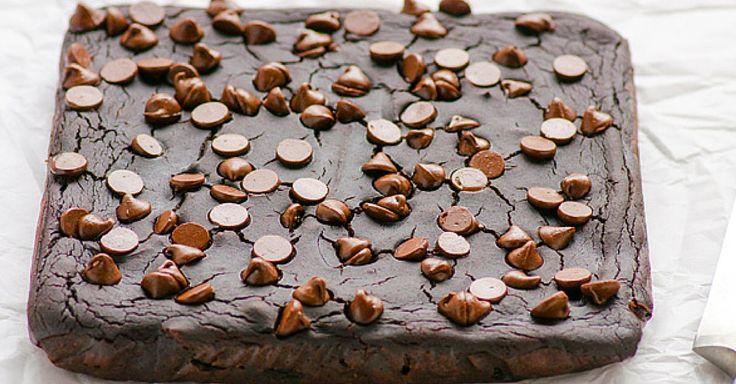 Zdravá varianta klasického dezertu. Tyto brownies jsou bez másla i přidaného cukru, na jejich chuti to však nepoznáte.Recept si raději uložte – zaručujeme vám, že je totiž nebudete péct jen jednou. Ingredience 400 g/1 plechovka černých fazolí, slité 2 velkávejce 1/2hrnku jablečného sósu 15 menších datlí, vypeckovaných 2lžíce čerstvě uvařené kávy 1lžička vanilkového extraktu 1/2hrnku ...
