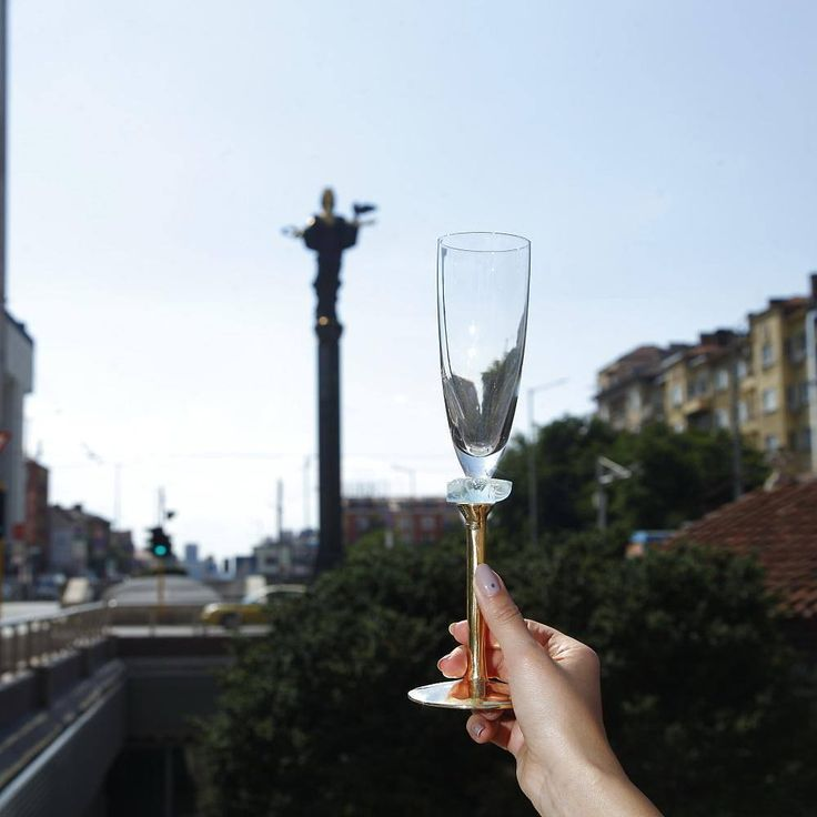 Cheers! Your guests will raise their glass to salute you as an exceptional host you are! A mesmerising tall elegant champagne glass on a hand polished bronze stem, Amar has a piece of light dawn blue glass gem for classy decoration. Gentle and elegant, this sophisticated champagne glass is the perfect way for you to demonstrate your admirable taste!