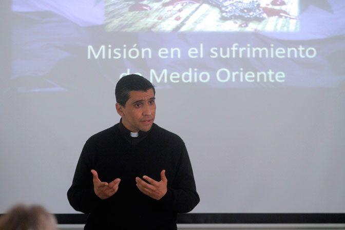 """A un mes de haber sido ordenado sacerdote de la congregación Instituto del Verbo Encarnado, el religioso chilenoRodrigo Miranda fue destinado como párroco en Belén. """"Vivía todos los días la Navida..."""