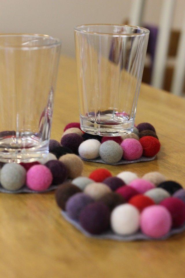 Filtkuler kan brukes til så mangt, og disse fargerike bordskånerne lager du på et blunk