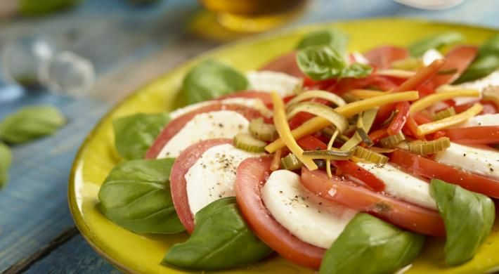 Salata caprese cu legume la tigaie