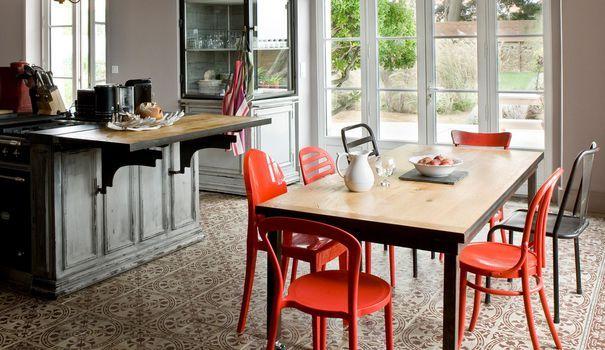 Las de votre cuisine, vous souhaitez la relooker avec des touches déco tendance sans pour autant totalement la rénover ? Vous êtes au bon endroit. Côté Maison vous aide à donner un nouveau souffle à votre cuisine avec 12 photos inspirantes de cuisines déco qui ont tout bon.