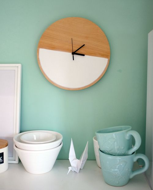 DIY: cheap, fast, foolproof and fully customizable. Have 20 minutes to spare? Then you could have your own version of this pretty modern clock.