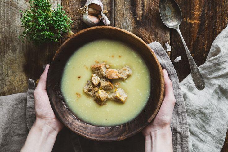 Rýchla cesnaková polievka - postup pre túto rýchlu cesnačku je opäť veľmi jednoduchý, nechceme predsa stráviť v kuchyni celý deň. :) Cesnak ošúpeme....