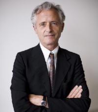 José Frèches, Néà : Dax, Landes , le 25/06/1950, ancien élève de l'ENA, a une licence d'histoire de l'art, de chinois et une maîtrise d'histoire. En 1971, il devient conservateur au musée Guimet.