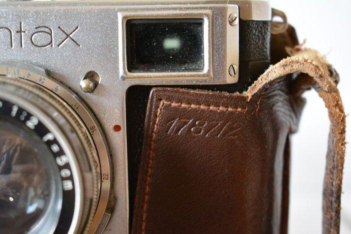 Zeiss Ikon Contax II (1938)  lens: Carl Zeiss Jena No. 2231719  Originele Zeiss Ikon Contax II in originele lederen tas met gebruikershandleiding. De camera komt voort uit een erfenis zijn geen verdere details bekend over het gebruik ervan. De camera alleen weegt 747g in de leerzak 941g de camera meet 15 cm x 85 cm x 5.5 cm en bestaat uit metaal kunststof en glas.De leerzak heeft gebruikssporen en scheuren aan de ene kant.Lens is normaal verbonden aan de camera: Carl Zeiss Jena 2231719…