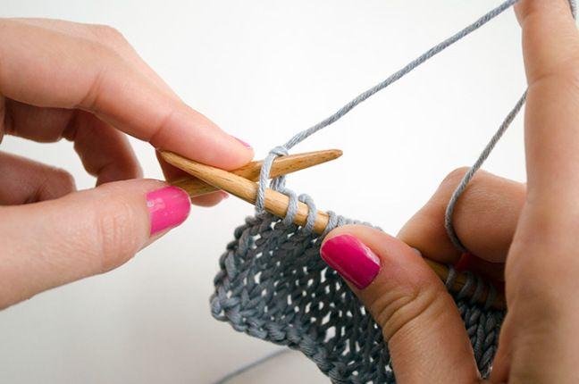 Comment tricoter un rang envers sans tourner le tricot