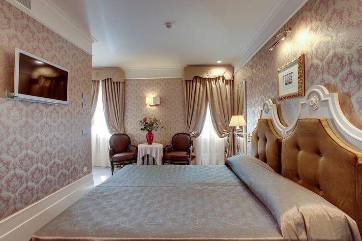 Se tem uma coisa que eu adoro é essa decoração dos hotéis em #Veneza!  Lindo né?! Vai lá no blog conferir nosso Guia de lua de mel! noivadodia.com.br #noivadodia