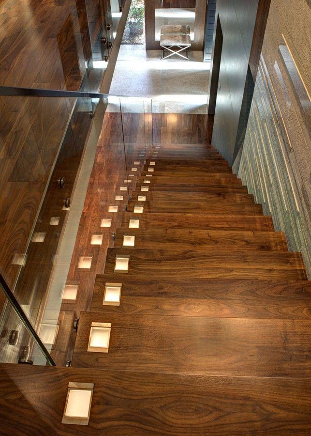 Nowoczesne oświetlenie schodów Drewno w nowoczesnym przedpokoju stairs design poland polska meble furniture home dom Manufaktura Wirchomski schody drewno drewniane wood wooden style lights inspiration
