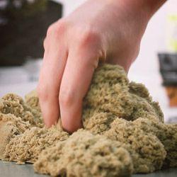 Le sable à énergie cinétique s'utilise comme de la pâte à modeler et ne sèche jamais pour qu'ainsi vos fresques et autres oeuvres artistiques gardent vie -