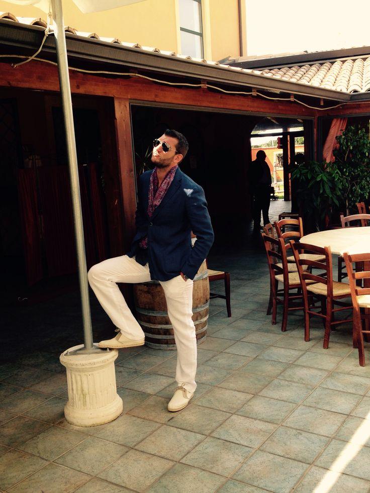 Scelta finale: pantaloni lino bianchi su scarpe tela e iuta color tortora. Cintura tortora camicia lino blu con giacca di lino blu. Sciarpa seta blu, rossa con accenni di beige e pochette rossa con pois blu.