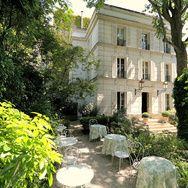 Synonymes de promenades sous Louis XIV, qui fit ainsi de Paris la capitale du bon goût et de l'élégance, les terrasses parisiennes sont, à l'heure d'été, le lieu le plus mondain qui soit. Sortez donc vos plus beaux atours pour ces adresses des plus chics !