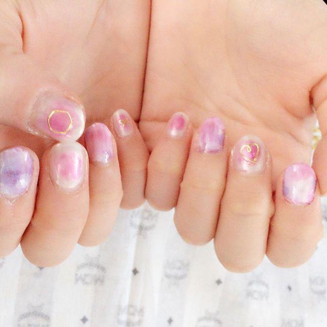 . 再び #しずくタトゥーネイルシール の水彩花柄 . 今回は残りの指はピンクの #チークネイル に #ワイヤー風ネイルシール . 今回も妹の爪に練習(﹡ˆ﹀ˆ﹡)笑 水彩が前回の濃いのとより、淡い色との方が可愛い(﹡ˆ﹀ˆ﹡)♡ . #水彩ネイル #花柄 #花柄ネイル #チーク #ワイヤーネイル #ピンクネイル #ピンク #ネイル #nail #キャンドゥネイル #キャンドゥ #セルフネイル #セルフネイル部