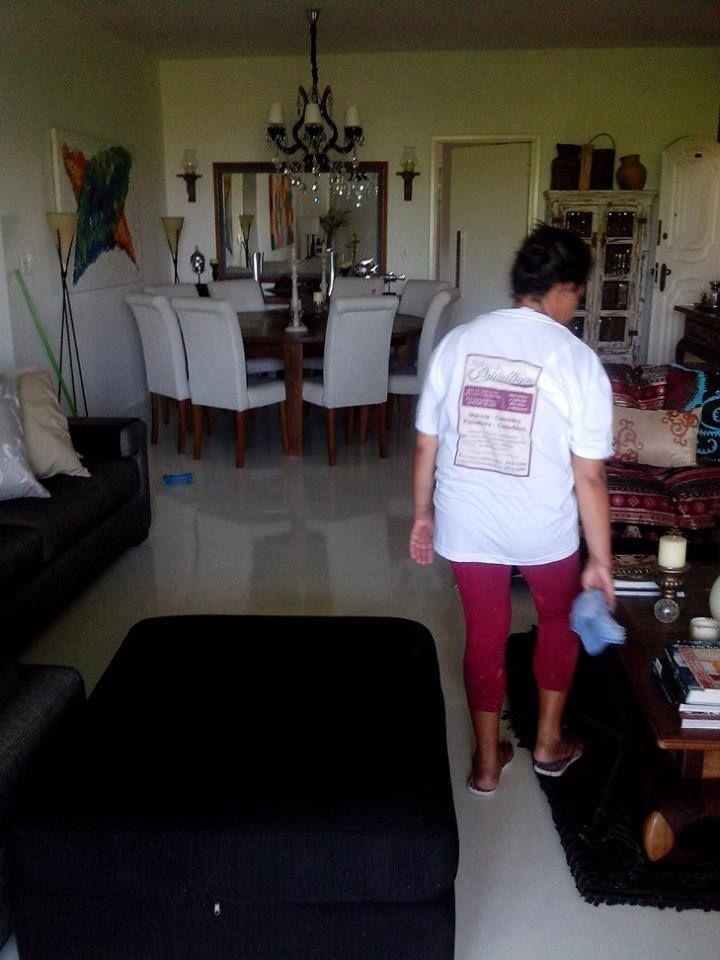 Limpeza residencial com duas pessoas, tempo e referencial em limpeza.