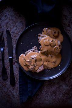 Recept gegrilde biefstuk met champignonsaus. Een retro recept met nieuwe styling en receptuur. Champignon saus gemaakt met fond en slagroom.
