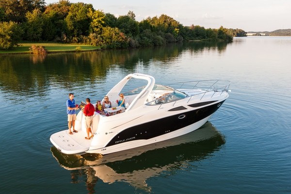 The 335 Cruiser! This twin-engine vacationer packs a long roster of amenities to ensure satisfying extended cruises. #bayliner #cruiser