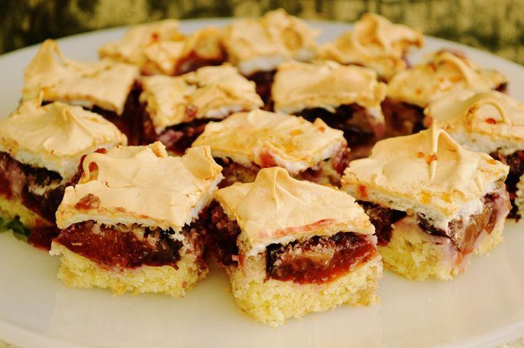 Reteta culinara Prajitura cu prune si bezea din categoria Dulciuri diverse. Cum sa faci Prajitura cu prune si bezea