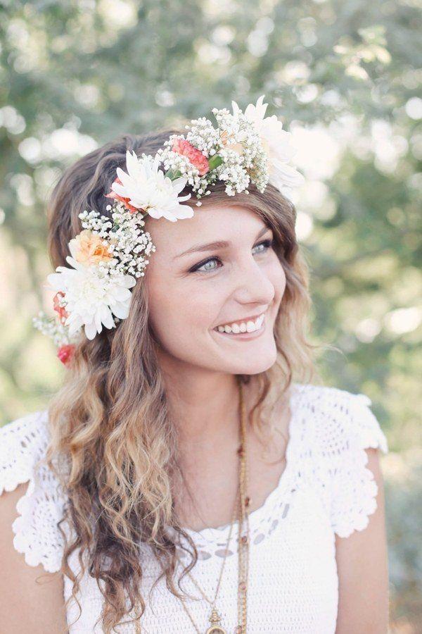coiffure mariée cheveux long ondulés avec diadème en fleurs