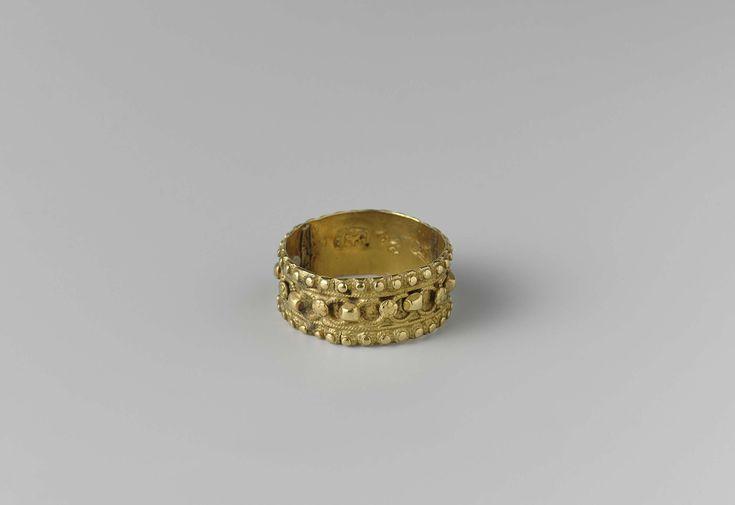 Albertus van Haasel | Ring, Albertus van Haasel, 1772 | Ring van goud. Versierd met een krans van filigreinn-rondjes met op de raakpunten afwisselend knopjes en roosjes, tussen twee parelranden.