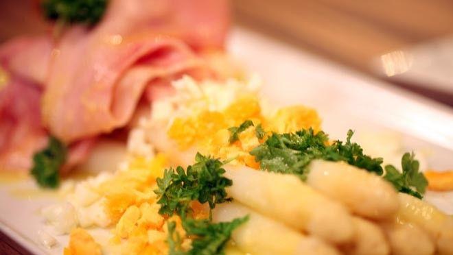 eldere vetstof van de boter in een ander pannetje totdat je bij de witte vloeistof komt. Nu heb je geklaarde boter. Tourneer de aardappels in gelijke...