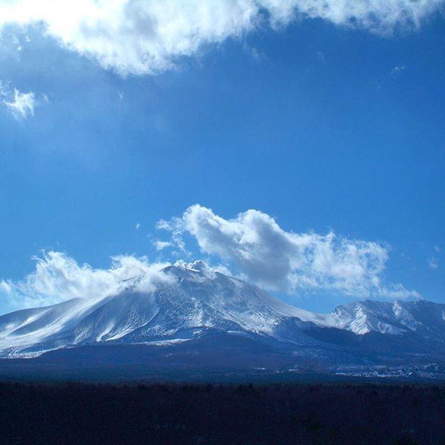 長野軽井沢冬の浅間山。  Mt. Asama in winter in Nagano state.  #nagano #snow #winter #mountain #karuizawa #japan #япония #ญี่ปุ่น #일본  #日本 #การเดินทาง #travel #instapassport #trip #japantrip #travelphotography #vacation #japantravel #jepang #instatravel #mytravelgram #traveler #jalanjalan #путешествия #follow #国内旅行 #軽井沢 #長野 #冬 #雪