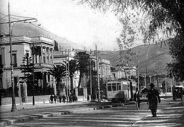 vas. sofias 1925 H Λεωφόρος Κηφισιάς φωτογραφημένη μεταξύ 1925 & 1935. Σπάνια λήψη με όλα τα κτήρια που υπήρχαν σε αυτά τα οικοδομικά τετράγωνα με πρόσοψη στην σημερινή Βασ. Σοφίας. Το πρώτο σπίτι αριστερά: η οικία ΠΑΥΛΟΥ ΚΑΖΟΥΛΗ, Βασ. Σοφίας 19 & Κουμπάρη. Το κατεδάφισαν. ...