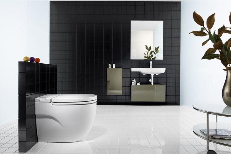 WC avec réservoir incorporé, à poser ou à suspendre. Le WC s'affranchit du réservoir qui est contenu dans la cuvette elle-même. #wc #toilette #salledebains #bathroom #noir #blanc #carrelage #mur #blackwall