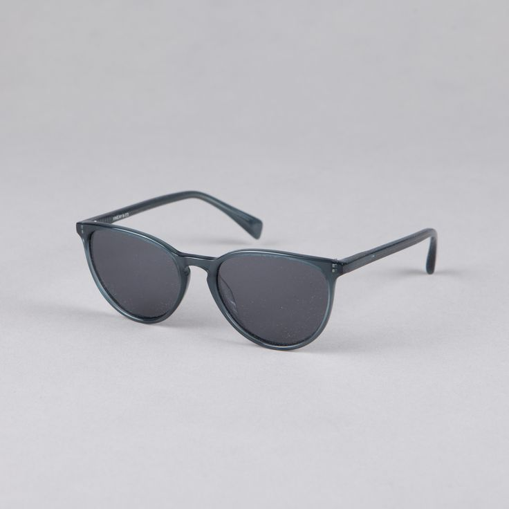 Finlay & Co Hudson Opaline Blue  Grey: The Hudson is a modern style with clean lines and lightweight frame. Handmade in Italy from mazzucchelli acetate, fitted with 5-barrel hinges and Carl Zeiss lenses offering full UVA/UVB protection. The Hudson comes complete with foldable Finlay & Co. case and cleaning cloth.