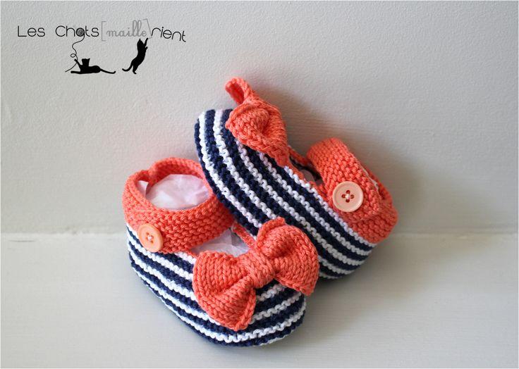 Chaussons, chaussures, ballerines bébé tricotées main, style babies à rayures blanches et bleues, avec petit nœud assorti #chatsmaillerient