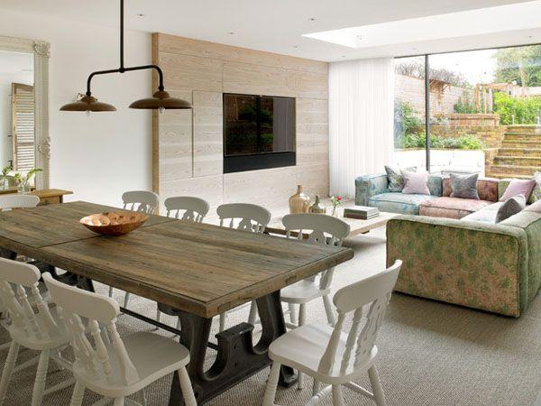 Andra sidan av The Kitchen. Matsalsbord för 10 pers, hörnsoffa o inbyggd TV i väggen. Ljusa, skira dra-för-gardiner mot fönster.   Stunning transformation of a semi-detached Victorian house